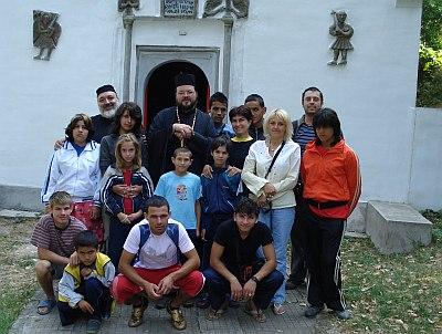 пред манастирския храм