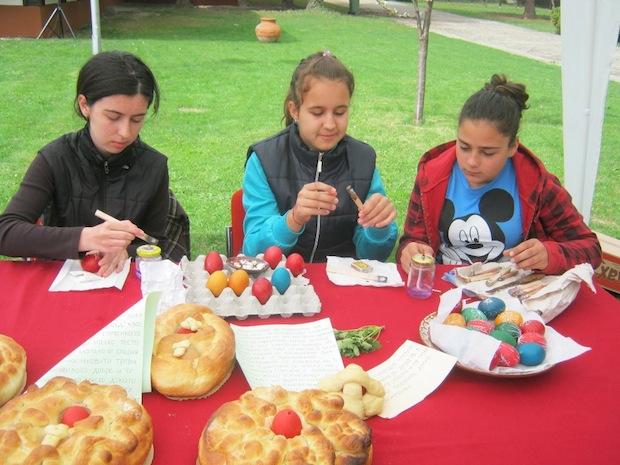 На Велика Събота деца боядисват яйца
